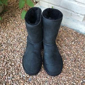 EUC UGG Black Classic Short Boot - Women's 8